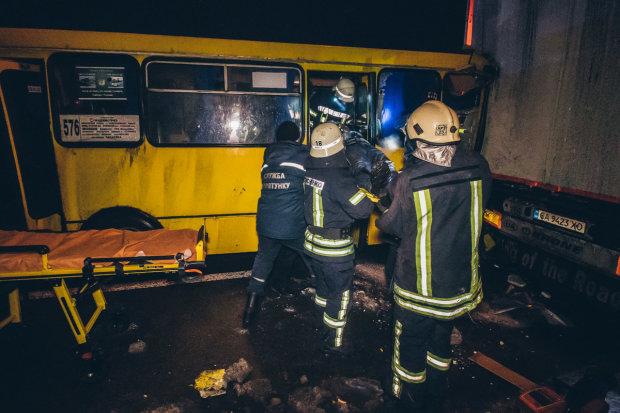В Киеве маршрутка на полном ходу вмазалась в фуру, пассажиров вырезали спасатели: жуткие кадры
