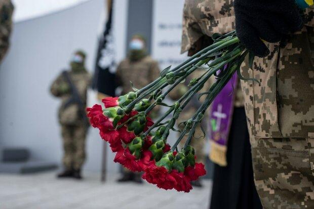 """Выстрелы среди немой тишины: воины величественно почтили память павших """"киборгов"""""""