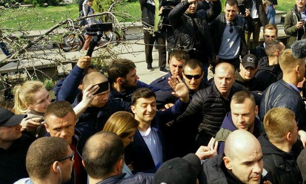 Украинцы выдвинули Зеленскому ряд требований: контрактная армия, качественное школьное питание и браслеты для кнопкодавов