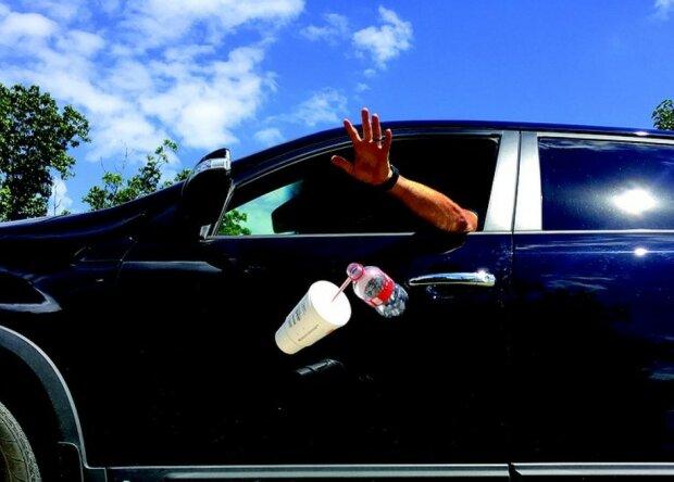 Сміття з вікна, фото: www.ihoneida.com
