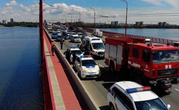 В Днепре юная девушка наглоталась таблеток и застыла на краю моста - спасатели мчались со всего города
