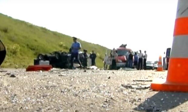 Под Киевом водитель потерял управление и врезался в отбойник - погиб десятилетний ребенок и двое