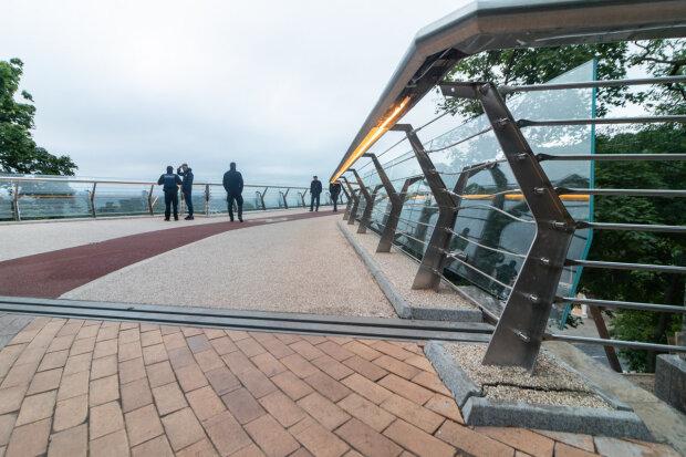"""На """"мосту Кличка"""" приземлився п'яний на мопеді: сидів, як чіп, насолоджувався краєвидами"""