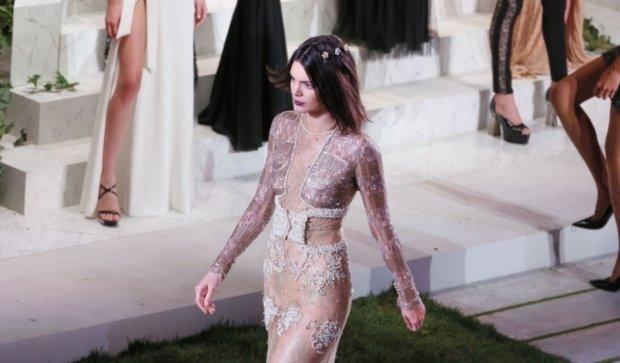 "Кендалл Дженнер показала ""пятую точку"" на Неделе моды"