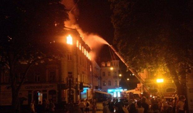 Масштабна пожежа в історичній частині Тернополя (фото)