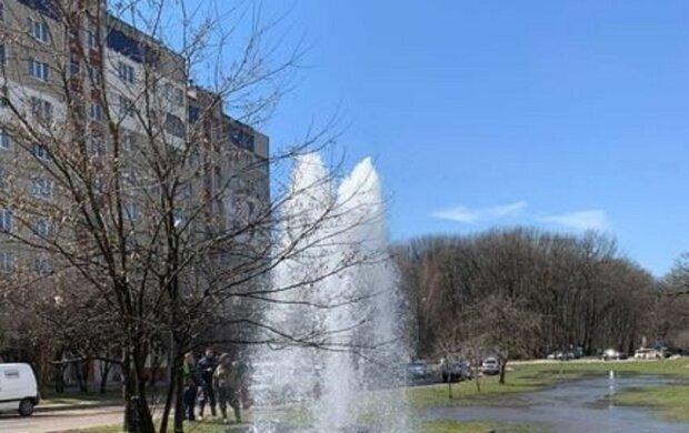 Во Львове прорвало трубу, фото: Facebook Сихів медіа