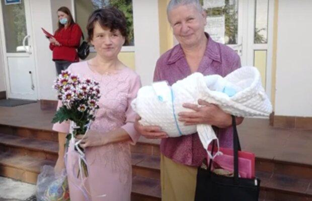 """Тернополянка з інвалідністю народила здорового малюка і заплакала від щастя: """"Чекала тебе все життя"""""""
