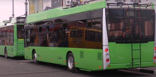 """Харківські тролейбуси масово стоять через """"зайвих"""" пасажирів - """"Ніхто не хоче виходити"""""""