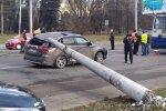 У Львові електроопори рухнули на дорогу, фото:Facebook