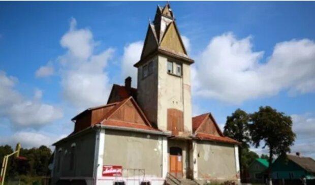 Старовинну ратушу на Львівщині перетворять на хостел: прийми душ, як католик