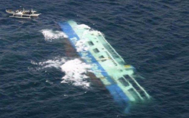 Аварія судна в Китаї: пропали 12 осіб