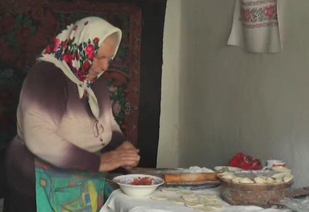 """Жизнь забытого Богом украинского села показали печальным видео: """"Живем вдвоем, ждем смерти"""""""