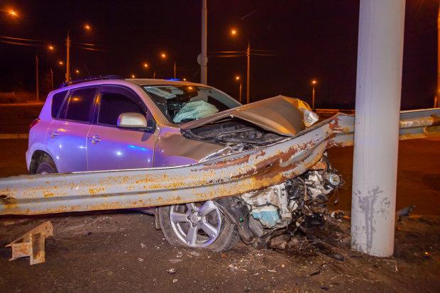 Уснул за рулём: в Днепре на бешеной  скорости Toyota протаранила электроопору