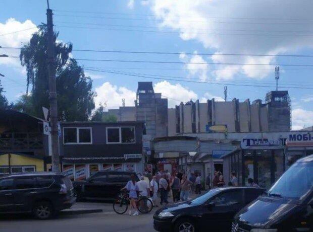 У Львові палає популярний ринок - рятувальники летять, усе в диму