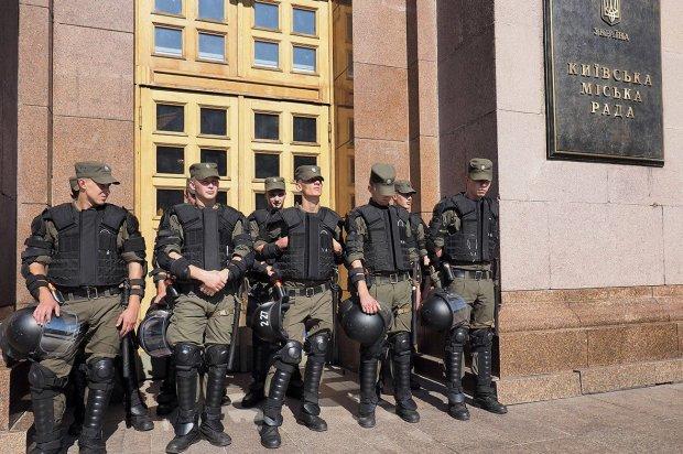 До столичної мерії прорвались тітушки: після побоїв та спалення машини на депутата Київради почали полювати на роботі