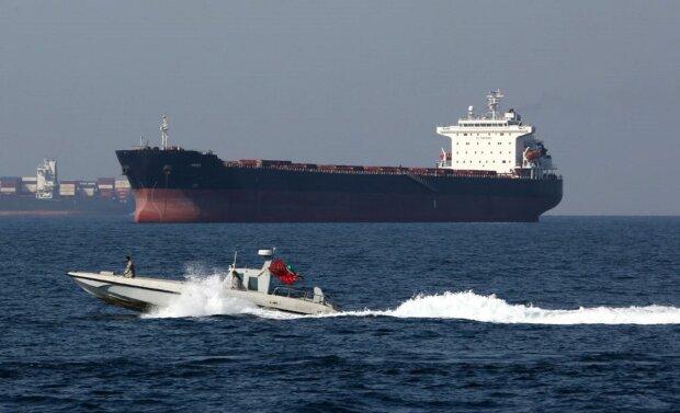 Пірати захопили танкер з українським моряком: перші деталі