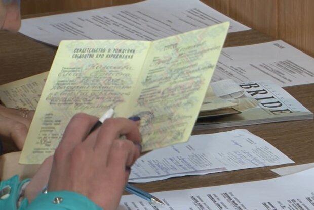 Свідоцтво про народження, фото: кадр з відео