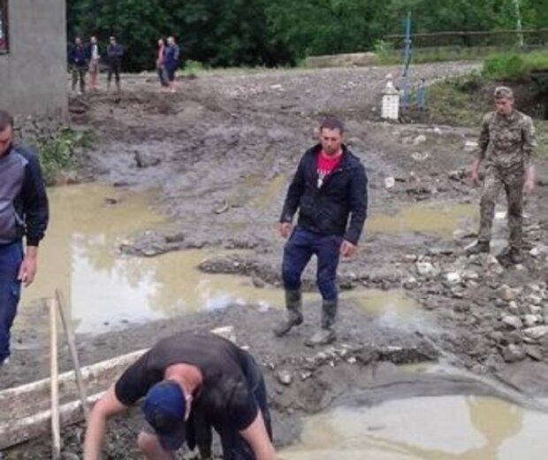 На Франківщині повінь відрізала село від цивілізації, люди ридають над зруйнованими будинками - нікому не потрібні