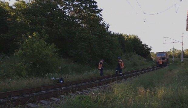 У Дніпрі поїзд збив вiзочок з однорічною дитиною — бабуся в шоці, все обличчя в крові