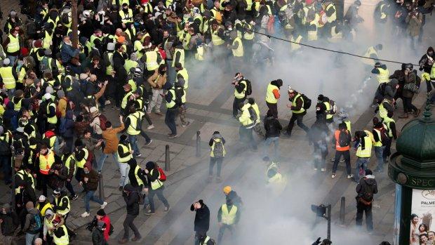 """Флаг """"ДНР"""" на протестах в Париже: украинцам рассказали, кто за этим стоит"""