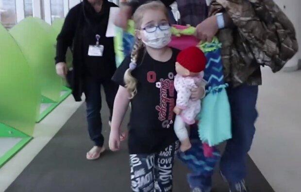 Ребенок в маске, скриншот видео