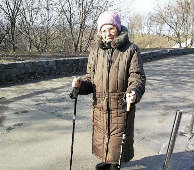 Оберігають від зла, кулі та Путіна: відважна українка у свої 84 стала янголом ЗСУ