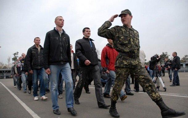 """В Тернополе устроили ночную облаву на призовников, разъяренные родители штурмуют военкомат: подробности """"с поля боя"""""""