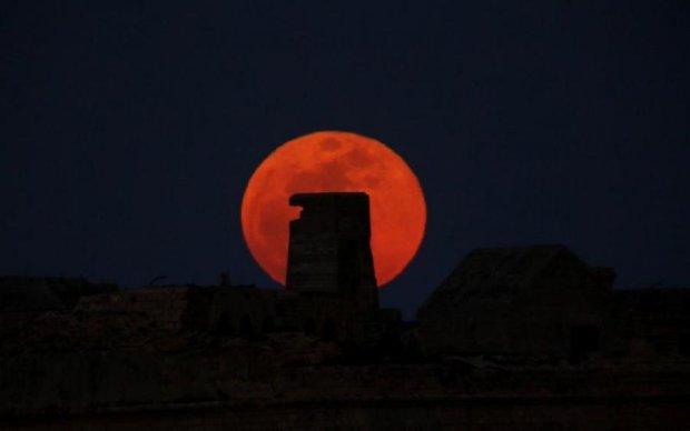 Місячне затемнення: неймовірні фото Кривавого Місяця з України та всього світу