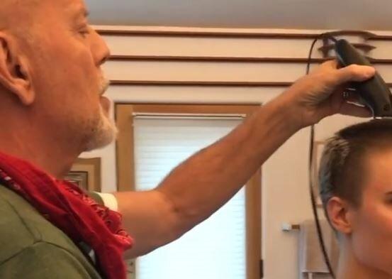 Брюс Вілліс голить доньку, скріншот: Instagram