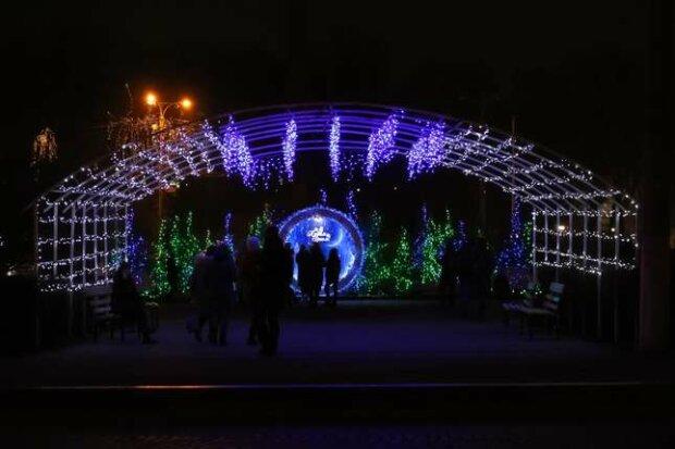 """Соборна площа """"перевдяглася"""" у новорічне, чернівчани затамували подих: """"Яка краса!"""""""