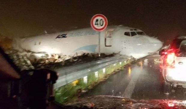 Авиалайнер разнес шоссе в Италии
