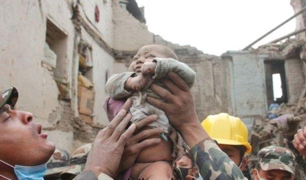 У Непалі з-під завалів врятували 4-місячну дитину