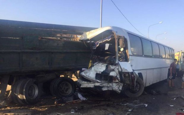 Переповнений автобус влетів у припарковану фуру: вижили не всі