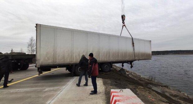 Фура впала в озеро, фото: zt.dsns.gov.ua