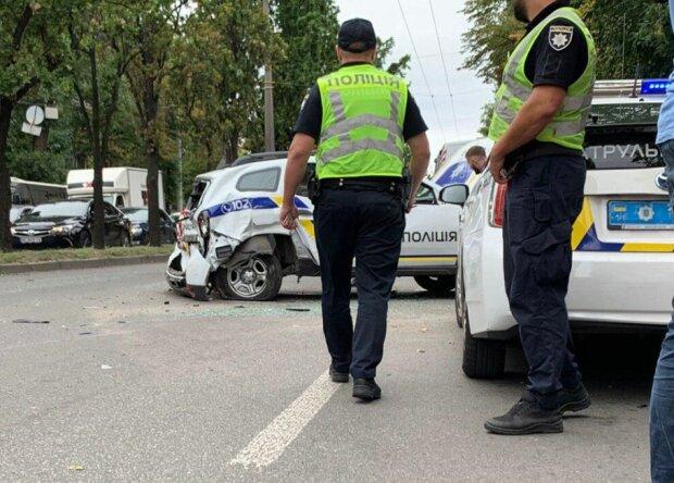У Києві водійка перекинула поліцейське авто