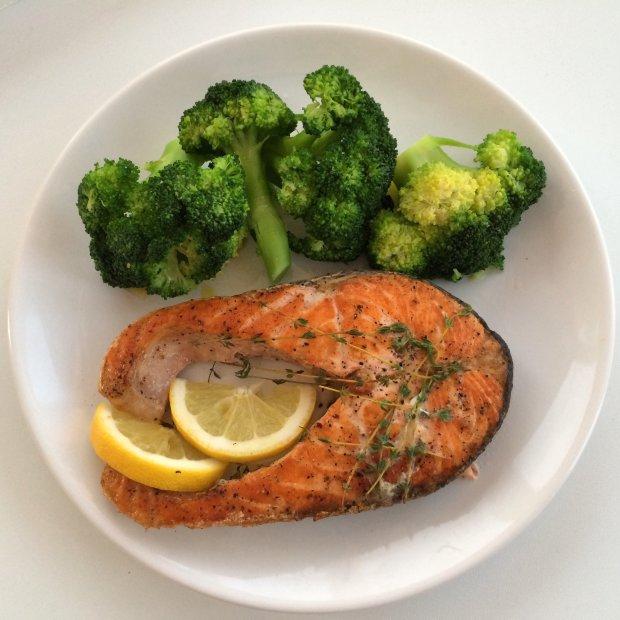 Смачний рецепт запеченого лосося з брокколі