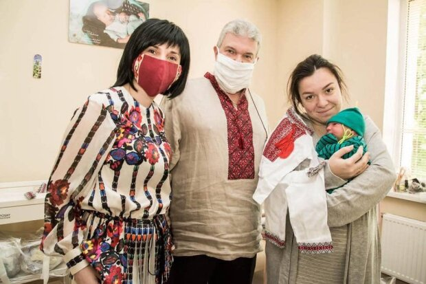 У Львові немовлят одягли у вишиванки замість пелюшок - щойно народилися, а вже - патріоти