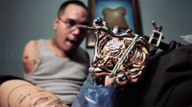 Удивительная история мужчины, который стал тату-мастером, несмотря на отсутствие рук: мало кто верил в него