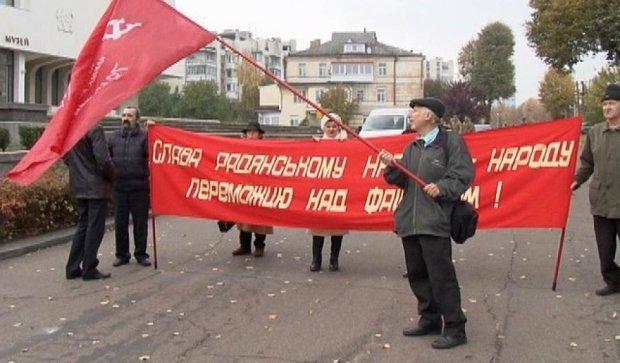 В Черкассах коммунизм-парад с участием десятка пенсионеров (фото)