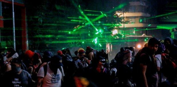 """""""Киберпанковое сопротивление"""": протестующие слепят полицию десятками лазеров, митинг похож на огромную вечеринку"""