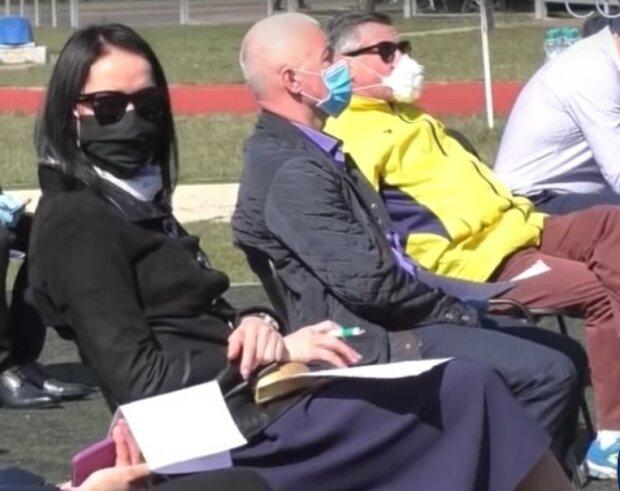 в масках, скриншот из видео