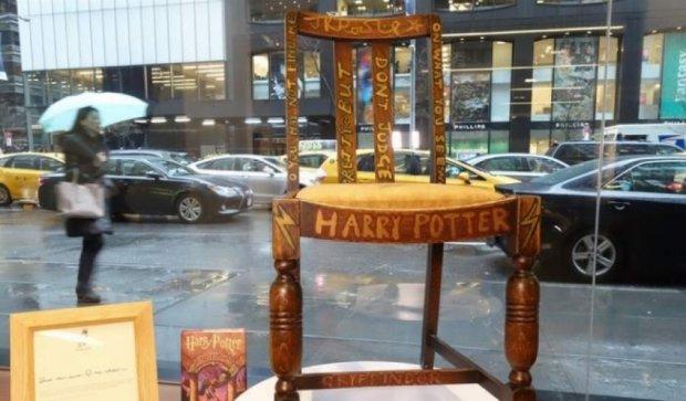 """Джоан Роулінг продає стілець, на якому писала """"Гаррі Поттера"""""""