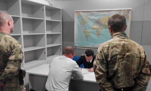 """""""Щасливої дороги"""": українські прикордонники викинули з країни російського політика, подробиці"""