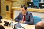 "Колгоспні наїзди Омеляна на Зеленського рознесли в Facebook: ""Прищавий юнак"""