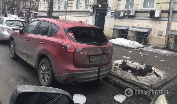 Глыба льда разбила авто в центре Киева