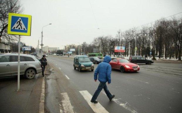 Переходив на зелене: водій-неадекват накинувся на пішохода, відео