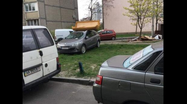 """У Києві на оленя парковки скинули диван: """"Не зліть сусідів"""""""
