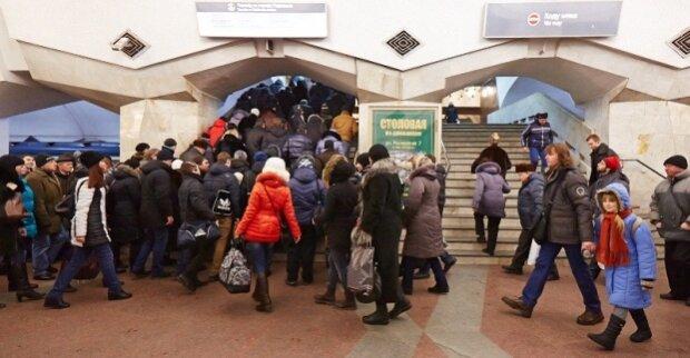 Двое харьковчан устроили жесткий замес в метро, разнимали всей станцией: скандальное видео