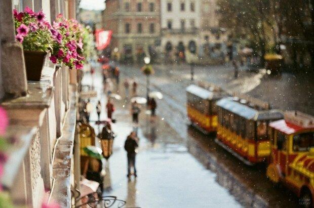 Погода заставит украинцев завидовать друг другу: кого зальет ледяными дождями, а кого поджарит на солнце