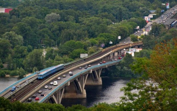 """На киевском мосту Метро """"исчезнет"""" одна полоса"""